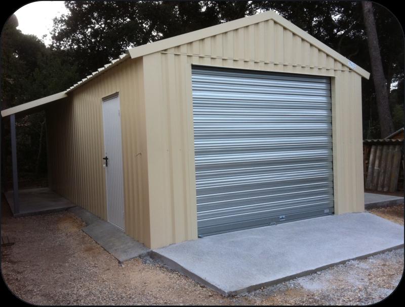 Elegant Garage Avec Rideau Metallique Motorise, Porte De Service Et Appenti.